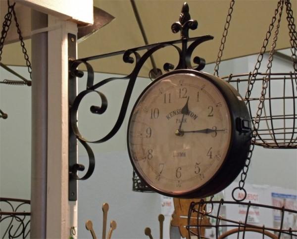 Auf alt getrimmte Uhr