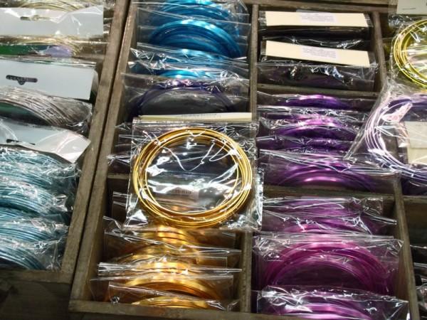 Aludraht in zahlreichen Formen und Farben