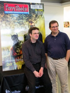 Klaus N. Frick und Andreas Eschbach vor dem Cover