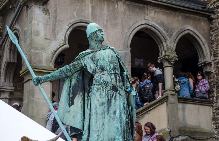 Auch der Ritter blickt verwundert auf die Schlange - sowas hat er noch nicht gesehen