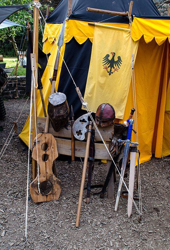 Stilleben mit Zelt und Rüstzeug